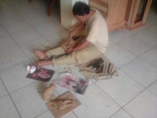 木彫り職人;Yantoさんレリーフ修正中